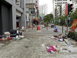 Basura y calles sucias después del festival sagrado hari raya aidilfitri ramzan Ramadán en Kuala Lumpur, Malasia foto