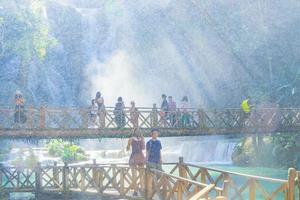 luang prabang laos 21 de noviembre de 2018 personas en la cascada kuang si, luang prabang, laos foto
