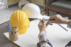 Ingeniero de construcción midiendo con calibre a vernier foto