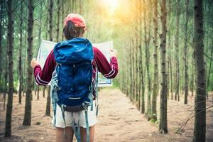 viaje turístico femenino en bosque de pinos viaje senderismo durante las vacaciones foto