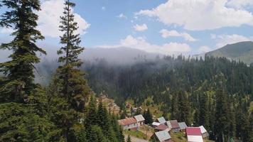 vista aérea da vila entre as montanhas no verão video