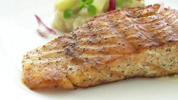 gegrilltes Lachssteak mit Gemüse video