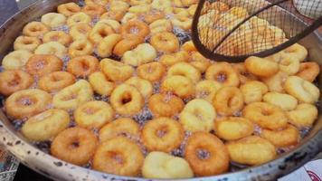 Imágenes de freír de masa de masa de lokma de rosquilla turca video