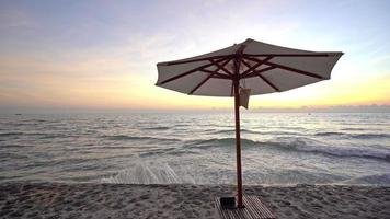 belle plage de la mer tropicale avec des chaises parapluie et un ciel bleu video