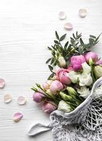 ramo de rosas de color rosa en bolsa de compras de cadena foto