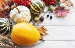 composición de otoño con calabazas surtidas foto