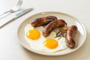 huevo frito doble con chorizo de cerdo foto