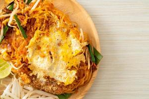 pad thai - fideos salteados al estilo tailandés con huevo foto