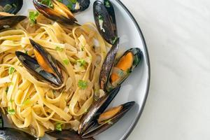 linguine spaghetti pasta vongole white wine sauce photo