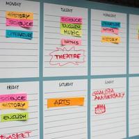 Planificador académico semanal con materias académicas y actividades de tiempo libre. foto