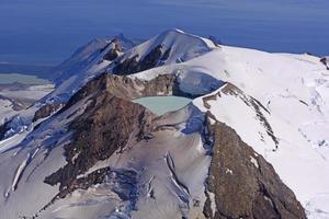 lago caldera en un volcán activo foto
