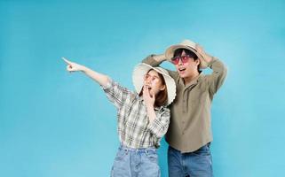 joven pareja asiática viajando felizmente juntos foto
