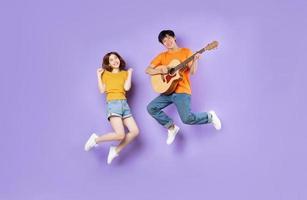 retrato, de, un, pareja, saltar, arriba, aislado, en, fondo púrpura foto