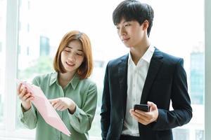 imagen del jefe y el empleado discutiendo el trabajo juntos foto
