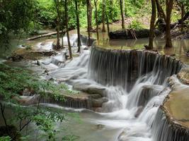 cascada que es una capa en tailandia foto