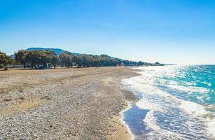 kremasti beach rodas grecia agua turquesa y costa natural. foto