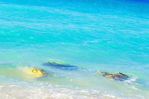 agua azul turquesa y rocas kremasti beach rodas grecia. foto