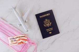 pasaporte de inmunidad de viaje de coronavirus junto al viajero covid-19 foto