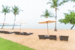 Desenfoque abstracto silla de playa en la playa con mar océano de fondo foto