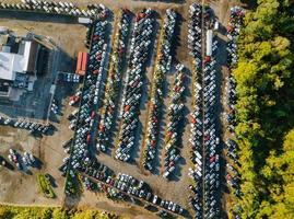 Vista aérea superior de la subasta de autos usados a la venta en un estacionamiento foto
