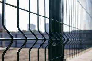 Verja verde de celosía de acero con alambre. Esgrima. foto