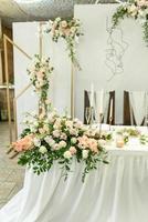 hermosas composiciones florales en el restaurante. foto