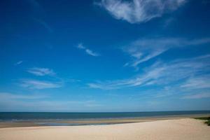 hermosas nubes con fondo de cielo azul en el mar foto