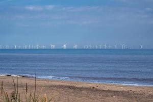 Parque eólico marino visto desde el punto de desprecio, East Yorkshire, Inglaterra foto