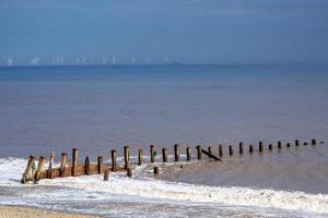 Espigones en la orilla en el punto de desprecio, East Yorkshire, Inglaterra foto