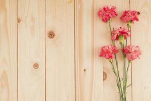 flores sobre fondo de madera con espacio de copia foto