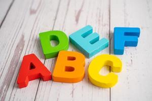 alfabeto inglés madera colorida para el aprendizaje escolar de la educación foto