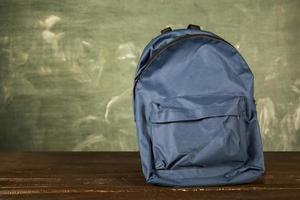 mochila en mesa de madera foto