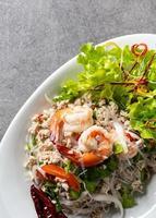 ensalada de fideos de camarones, ensalada de fideos picantes, ensalada picante tailandesa foto
