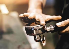 máquina de café espresso preparando un café. Verter el café en vasos en la cafetería, espresso verter desde la máquina de café foto
