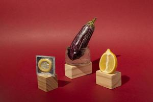 surtido abstracto de salud sexual con alimentos foto