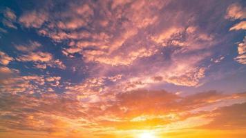 espectacular puesta de sol o cielo del amanecer foto