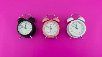 cara de hermoso reloj despertador tres foto