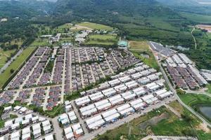 Vista aérea desde la vista superior del drone del pueblo en verano foto