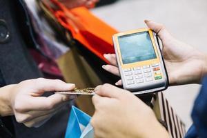 asistente de cliente con máquina de pago foto