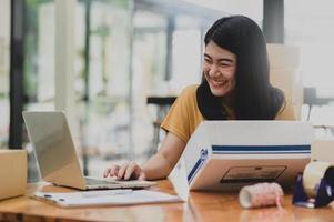 mujer vendiendo productos en línea videollamadas con clientes sonrientes. foto