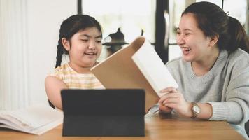 las hermanas enseñaron a las hermanas a hacer sus deberes en casa. foto