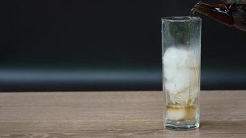 thee werd in glas gegoten om ijsthee te maken video
