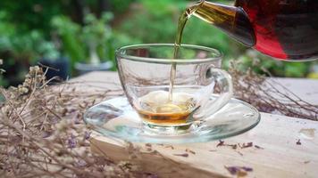 hete thee werd in een theekopje gegoten dat op tafel in café werd geserveerd? video