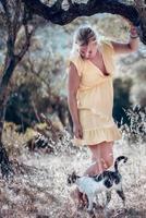 una mujer rubia descalza con un vestido amarillo de verano foto