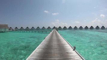 andando na madeira a pé com bangalô e fundo do mar nas maldivas video