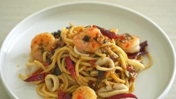 kryddig spaghetti skaldjur - stekt spaghettipasta med räkor, bläckfisk och mussla video
