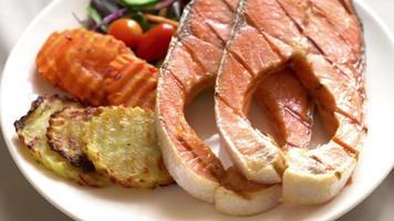 Pavé de saumon grillé aux légumes video