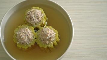 fylld bitter kalebass med fläskfärs och glasnudlar i soppa video