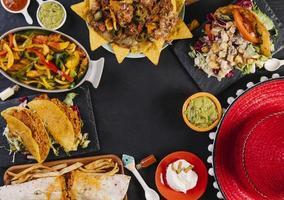sombrero y comida mexicana foto