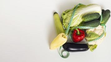 verduras frescas sobre fondo blanco foto